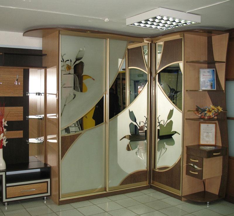 Компактные угловые шкафы-купе с фото.